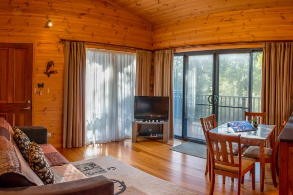 Nairana Cottage - Inala Country Accommodation - Brad Moriarty / Pademelon Creative